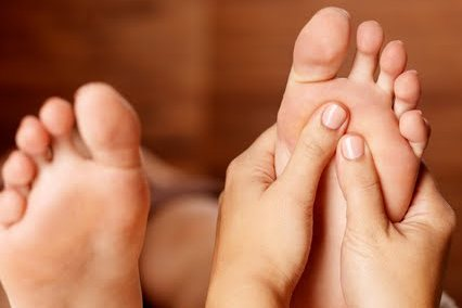 Foot massage Massage des pieds relaxant.